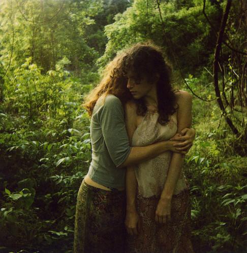 три девушки и парень в лесу