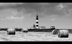 Ouessant, phare, vieux tracteur et balles de foin. (glemoigne) Tags: lighthouse brittany farming bretagne breizh crofting phare bzh finistère ouessant penarbed ushant pharesetbalises glemoigne gilbertlemoigne