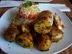 pollo a la plancha con papas al horno + tomate relleno de brotes de alfalfa + de 5000 visitas