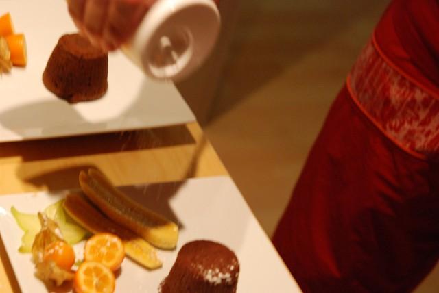 Emplatando los Coulant de Chocolate con Frutas Tropicales