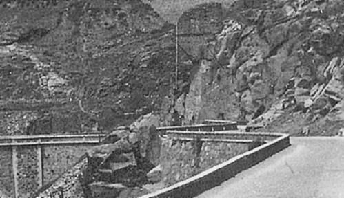 Carretera del Valle y estribo del acueducto romano. Foto de Eduardo Butragueño Bueno hacia 1962