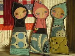 ...na conversa :) (Susana Tavares) Tags: original handmade pins artdolls brooches fabrics tecidos acessrios pregadeiras artetextil textilart susanatavares pintadomo littlehood caouchinho