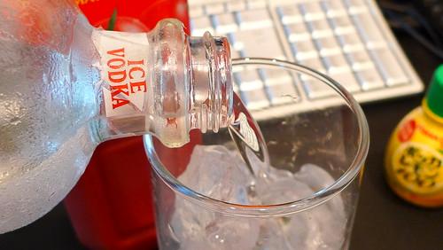 グラスにウォッカを注ぐ