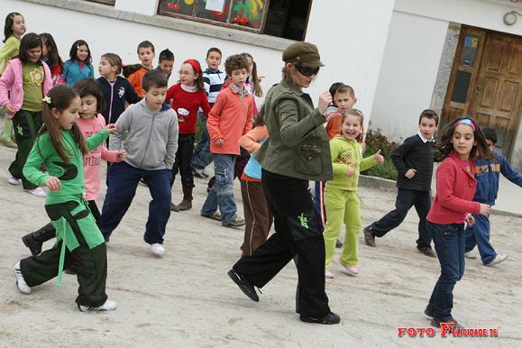 Dança no pátio da escola