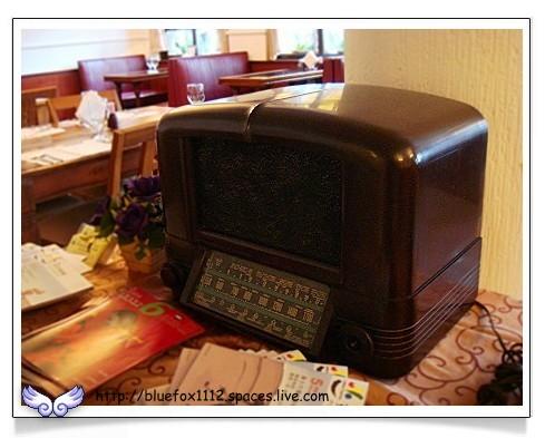 080515明星咖啡館09_3樓客席老式收音機