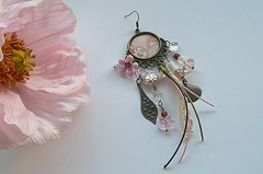 Brinco B561 (BijouxKa) Tags: pink flowers white glass bronze vintage beads long handmade artesanato earring jewelry bijuteria fabric single brinco corderosa pendientes nico antiquegold bijouxka