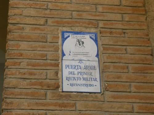 Arco de la Sangre, Toledo. Pegatinas que impiden ver la cerámica informativa.