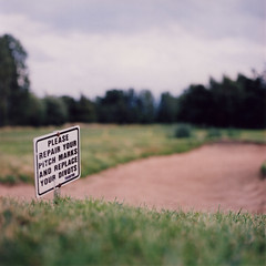 Play Fair (Alvaro's Pix) Tags: uk inglaterra color 120 6x6 film sign mediumformat golf lincolnshire 120film hasselblad bunker scanned lincoln carrete golfclub kodakportra400nc mittelformat westcommon carholme formatomedio canoscan4400f uk08 hasselblad2000fcw carlzeissplanarf80mmt