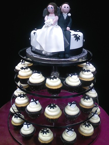Black & white wedding cupcakes por American Candy Stand  Cupcakes (Aust.).