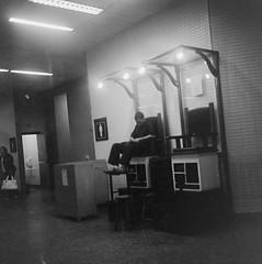 engraxate (Flvio Yamamoto) Tags: bw 6x6 tlr film rolleiflex mediumformat blackwhite pb d76 filme twinlensreflex pretobranco fujiacross100 aeroportodeguarulhos planarf35