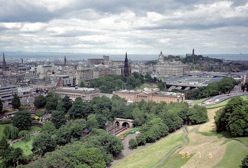 エジンバラ城へ登る坂道から見た市街 - Edinburgh by Ik T