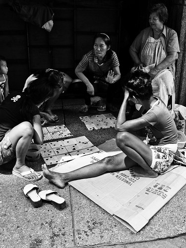 Playing bingo on the ground street sidewalk scene game manila Pinoy Filipino Pilipino Buhay  people pictures photos life Philippinen  菲律宾  菲律賓  필리핀(공화국) Philippines