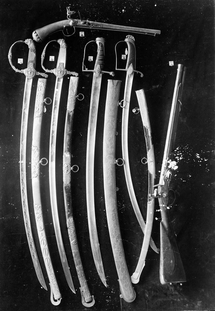 Tordenskjolds pistol og generalene Bang og von Kroghs æressabler / Tordenskjold's flintlock pistol together with generals Bang and von Krogh's sabers of honour