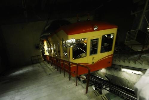 地下電纜車到站