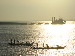 2008-01-03_07-03-41_Phnom-Penh (hn.) Tags: copyright fish water silhouette backlight river contraluz boats boot boat fishing fisherman asia asien cambodge cambodia heiconeumeyer kambodscha seasia soasien southeastasia sdostasien wasser khmer fishermen silhouettes boote fishingboat fluss mekong contrejour fischer sisowathquay sisowathroad tonlesap gegenlicht copyrighted mekongriver fischerboot fischen mekhong tonlesapriver sisowath silhouetten mekhongriver tp0708