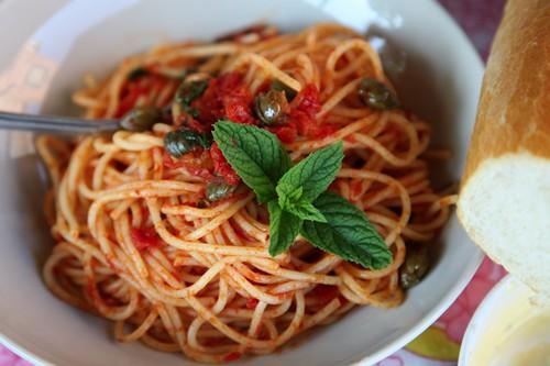 Pasta met tomaten, kappers en munt