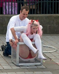 Edinburgh Fringe Festival Street Entertainers - Dick & Jane (The-Doctor) Tags: street net stockings festival fence edinburgh jane dick august fringe tights fishnets mound performers 2008 entertainers fencenet