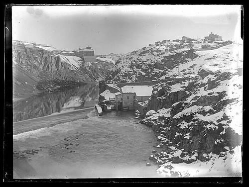 Zona de Roca Tarpeya desde el puente de San Martín cubierta por la nieve a principios del siglo XX. Colección de D. Santiago Relanzón Almazán, Ayuntamiento de Toledo.