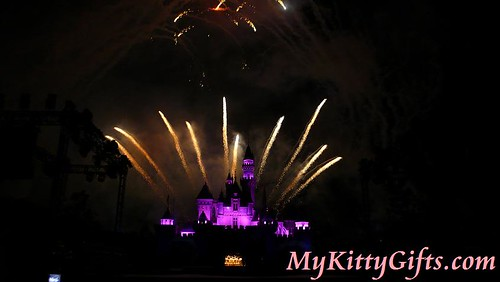 Hello Kitty's View of 'Sparkling Christmas Fireworks' Show in Hong Kong Disneyland