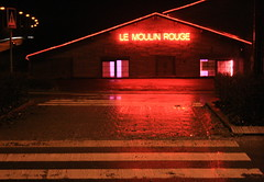 Le Moulin Rouge (glidblue) Tags: street rain night reflections lluvia strada nightshot pluie moulinrouge roxanne rue redlight riflessi pioggia nuit reflets nocturne notte reflejos namur lumièrerouge lucerossa stingpolice nationale4 lesisnes glidblue