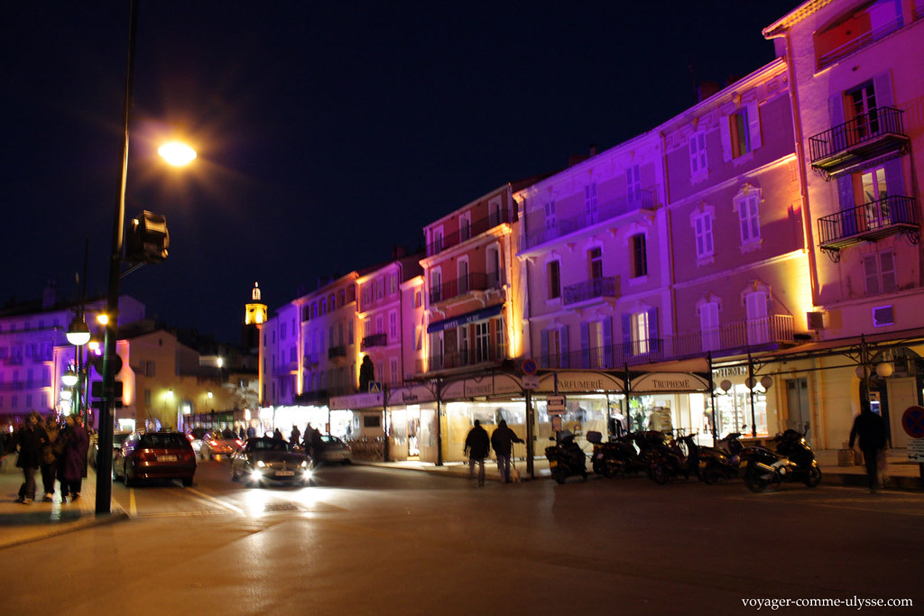 Os prédios mudam de cor com as iluminações