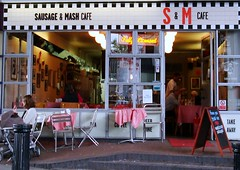 S & M cafe (NoirKitsun) Tags: road uk inglaterra red england white black london cafe unitedkingdom diner creativecommons londres portobello liliana londra nottinghill sonycybershot londen lontoo reinounido pixelpost aroundlondon londoners  northkensington sausageandmash londyn londontown lond