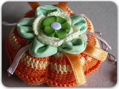 mini alfineteiro... (gixlene) Tags: colour macro colors closeup colours zoom handmade crochet tati miniatura chaveiro colorido croche alfineteiro
