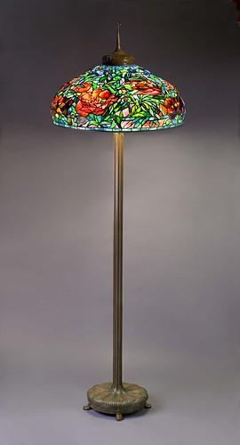 003-Lampara de pie con decoración en tulipa de peonias , posterior a  1910, de vidrio con plomo y bronce