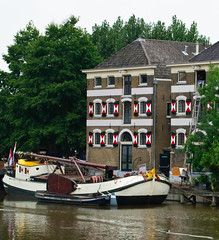 Going Dutch - Gouda (Ferdi's - World) Tags: bridge building tree netherlands rain boat tjalk gouda zuidholland golddragon abigfave impressedbeauty 2september2008