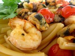 Buon appetito (RoBeRtO!!!) Tags: food macro closeup tomato pasta garlic oliveoil mussel parsley crayfish whitewine cibo aglio olio cozze prezzemolo gamberi pomodorino rdpic casarecce canong7 vinobainco