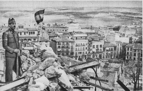 Guardia Civil en lo alto del Alcázar durante el asedio. Al fondo Zocodover.