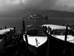 BND08.001 Lago d'Orta, Italia. (andreagamba) Tags: bw italy lake landscape boats lago italia piemonte isle biancoenero isola motoscafi sangiulio