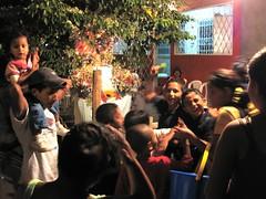 Purissima Managuassa. Valkoinen, kameran kanssa heiluva chele keskeytti ryhmän patsaalle laulannan