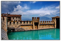 22-Sirmione, le Chteau des Scaliger (gio.dino3) Tags: italy lake colour water alpes landscape lago eau italia colours colore couleurs sony country lac mura acqua colori chteau couleur italie sirmione lacdegarde giodino3 sonya55v