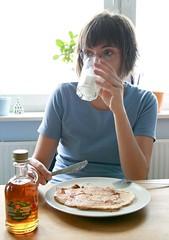 A na niadanie puszyste naleniki z bananami, polane syropem klonowym, zimne mleko do popicia. (Bart0lini) Tags: breakfast maple banana syrup pancake banan syrop niadanie nalenik klonowy