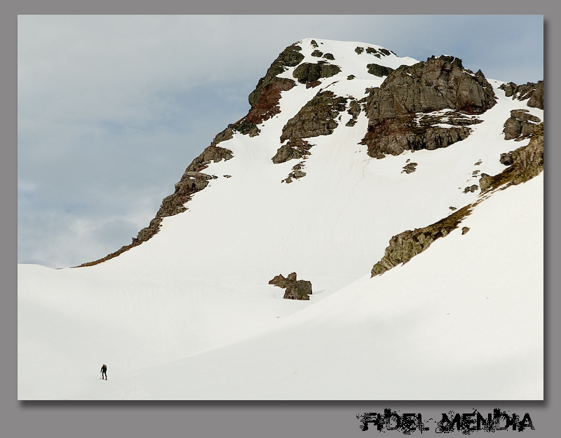 Mikel foquea en dirección al pico Royo