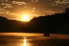 日の出に向かう船