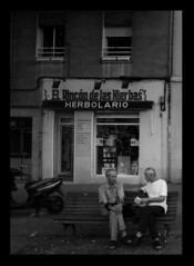 El Rincn de las Hierbas : The Herb Corner (PiggBox.) Tags: madrid street old windows two espaa white black building men blanco shop spain candid negro rincon legazpi hierbas herbolario aplusphoto