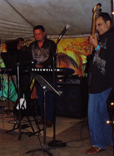 Roli, keyboard, Gary Núñez, bass