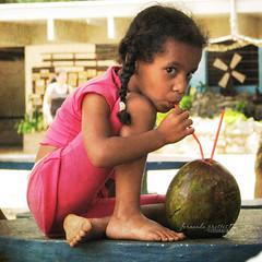 2/100 Refressssssscante (f. prestes) Tags: parque textura coco pés garota verão criança menina domingo infância calor aguadecoco refrescante piccolomondoproject
