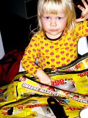 robber baron (leckerkeks) Tags: portrait colour eye girl yellow germany deutschland eyes gesicht colours child kind gelb blond augen 2008 farbe fille allemagne mdchen nichte kajsa schwerin