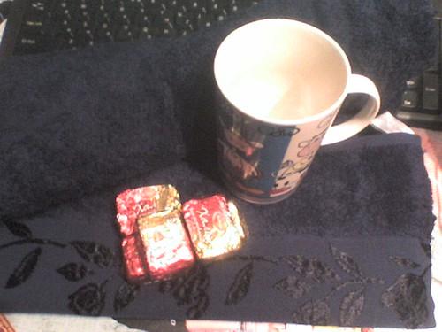 Большое махровое полотенце, кружка с коровами, халва в шоколаде