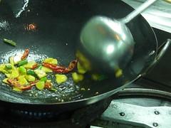 蔥、蒜、辣椒下去爆香