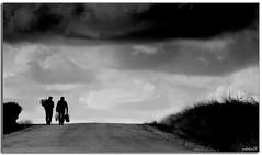 al cementerio (manuel holgado (mholm)) Tags: bn personas viajes dos cielo escenas fivestarsgallery mholm planogeneral