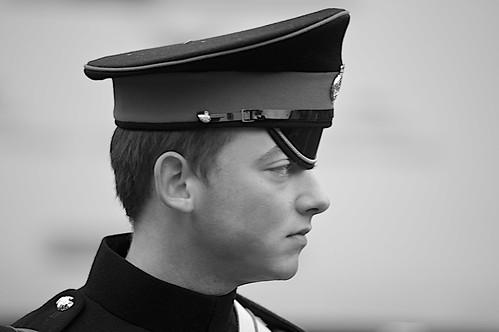 フリー画像| 人物写真| 男性ポートレイト| 外国人男性| イケメン| 警察官| 横顔| モノクロ写真| イギリス人|   フリー素材|