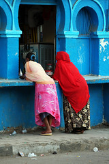Marchand de glaces bleues (Délirante bestiole [la poésie des goupils]) Tags: africa blue hijab fanny somali loose afrique djibouti djib placecentrale somalipeople virela virela2 virela3 virela4 virela5 virela6 virela7 virela8 virela9 virela10 djiboutitown