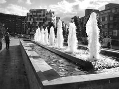 columnas de agua (Bous Castela) Tags: blancoynegro canon spain agua fuente asturias paseo oviedo blackdiamond lalosa fotocallejera fotografiacallejera ltytr1 canonpowershotsd750 bouscastela