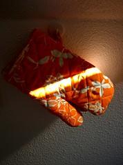 het is wat het is (malidinapoli) Tags: light orange netherlands kitchen licht nederland denhaag keuken thehague oranje ovencloth homeinteriors küchenhandschuh gettyimageswant