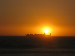 Blouberg Sunset (fuelspin) Tags: orange sun boat waves windy son skip tilt shining freight branders skepe golwe