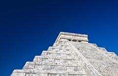 El Castillo (jauderho) Tags: original canon mexico us yucatan unescoworldheritagesite chichenitza 5d 2008 mx quintanaroo 1635mm jauderho cancun2008 jhoshow dopplr:tagged=snaptrip dopplr:trip=223097 dopplr:woeid=114632